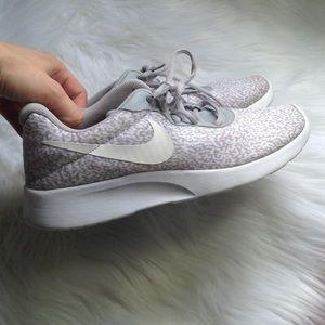| nike | tanjun lightweight running shoe wolf gray